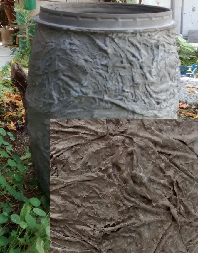 Декор бочки для воды рельефным цементным раствором