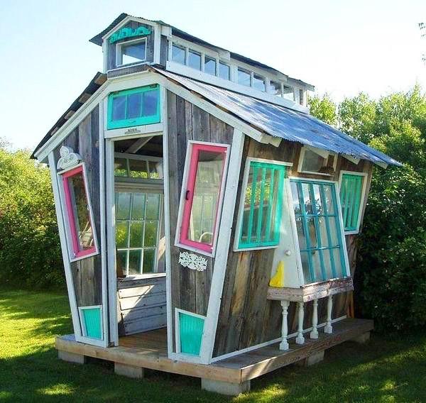 Дом с красиво покрашенными рамами