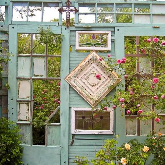 Дизайн из старых дверей на даче